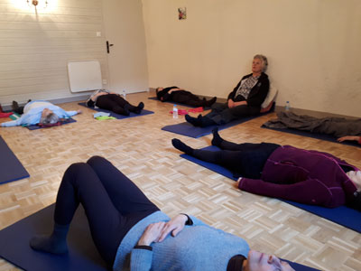 Photo relaxation et méditation en groupe par sandrine Loyer Naturopathe